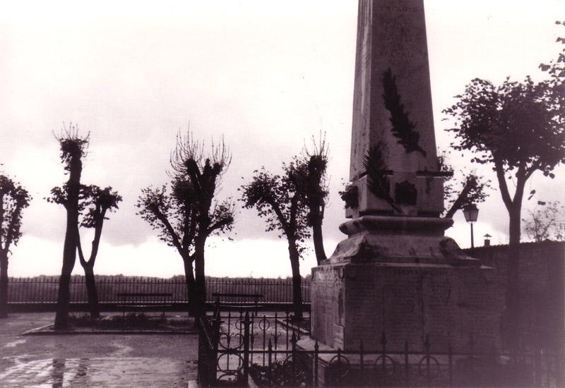 Le monument aux morts de je ne sais plus où par grand beau temps. Youpi, y'a d'la joie !