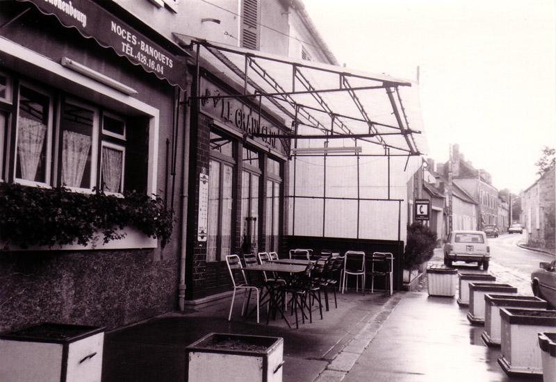 Un pittoresque petit café et sa terrasse bondée. Ça donne envie de s'arrêter, non ?